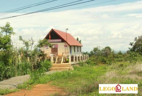 Nhà nằm giữa mảnh đất trống