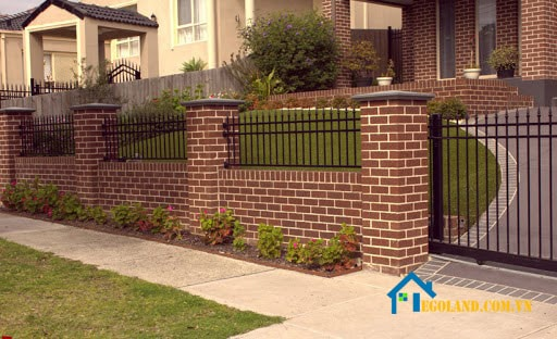 Mẫu tường gạch cổ điển xen lẫn hàng rào sắt