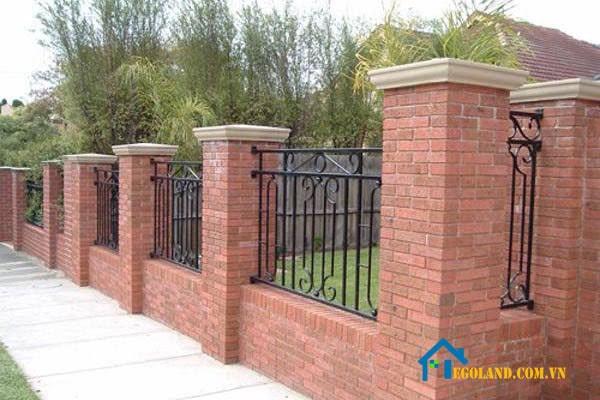 Mẫu tường rào các cột trụ xen lẫn khung sắt để tối ưu hoá không gian