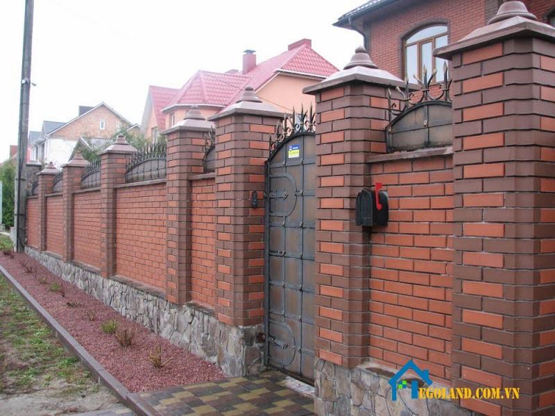 Mẫu tường rào gạch lỗ xen kẽ màu nâu và đỏ cam