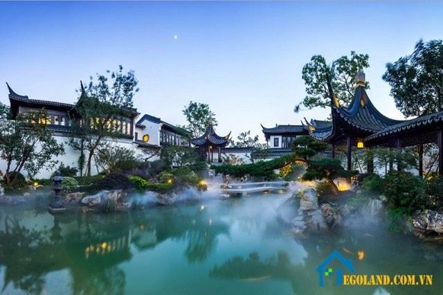 Thiết kế đặc trưng phần lớn của vườn Trung Hoa đó là hồ nước