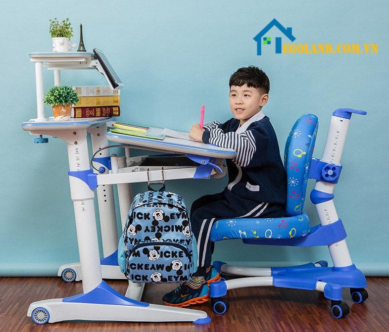 Các tiện ích đi kèm đó là giá để đồ và đèn học hỗ trợ việc học tập cho bé