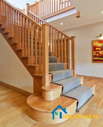 Cầu thang gỗ mang lại vẻ sang trọng và ấm cúng cho ngôi nhà