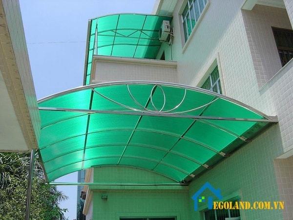 Mái vòm cho sân nhà giúp mọi người di chuyển qua các khu vực được mát mẻ