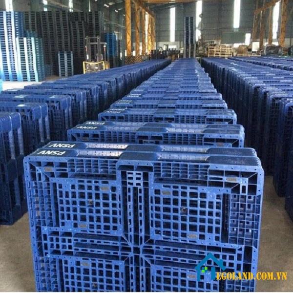 Pallet nhựa đã qua sử dụng có giá cả rẻ hơn so với hàng mới.