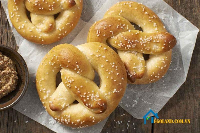 Bánh Pretzel có ý nghĩa mang đến sự may mắn, tốt lành và chung thủy