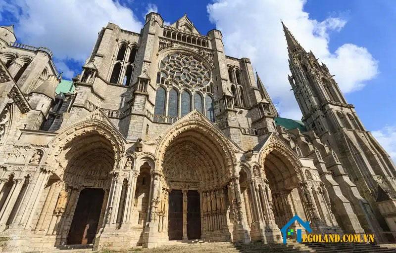 Kiến trúc Gothic là phong cách kiến trúc được phát triển ở Tây u từ nửa sau thời Trung Cổ