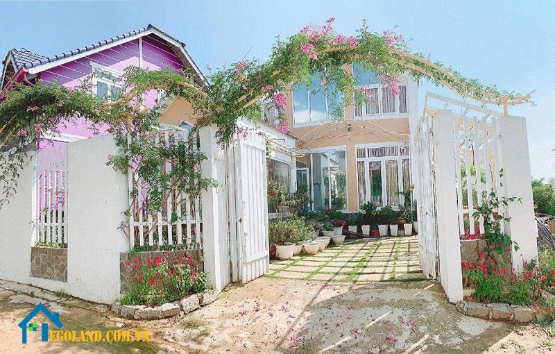 Mẫu biệt thự nhà vườn 2 tầng nằm giữa vườn hoa mơ mộng