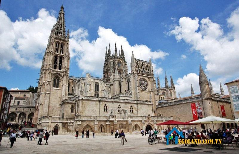 Nhà thờ Burgos được xây dựng trong vòng hơn 300 năm