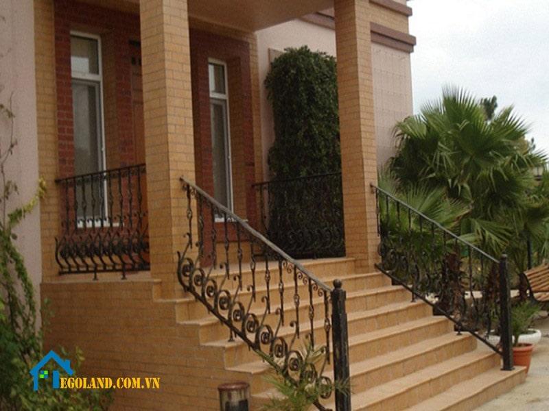 Thông thường người ta sẽ xây bậc tam cấp bằng gạch hoặc đổ bê tông