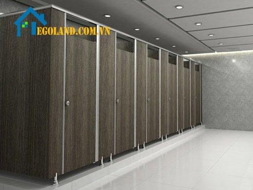Màu gỗ trầm tạo sư sang trọng, riêng tư và khiến nhà vệ sinh trở nên độc đáo.