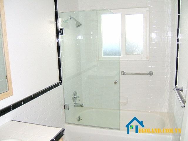 Vách ngăn vệ sinh bằng kính cho phòng tắm khách sạn