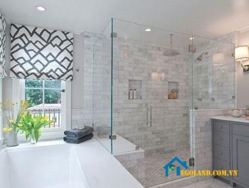 Vách ngăn vệ sinh bằng kính khiến không gian tắm thêm sang trọng