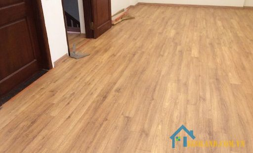 Không chỉ giúp chống trơn trượt, chống trầy xước mà sàn gỗ còn có khả năng chống bám bụi tốt