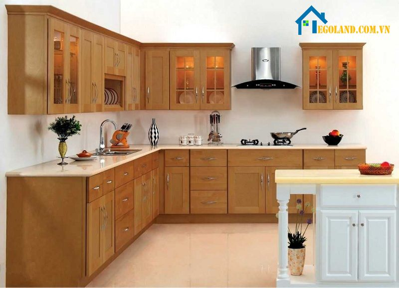 Khi thiết kế nhà bếp nông thôn thì bạn nên lựa chọn kính cường lực, đá ốp bếp có tông màu sáng, dễ vệ sinh, lau chùi