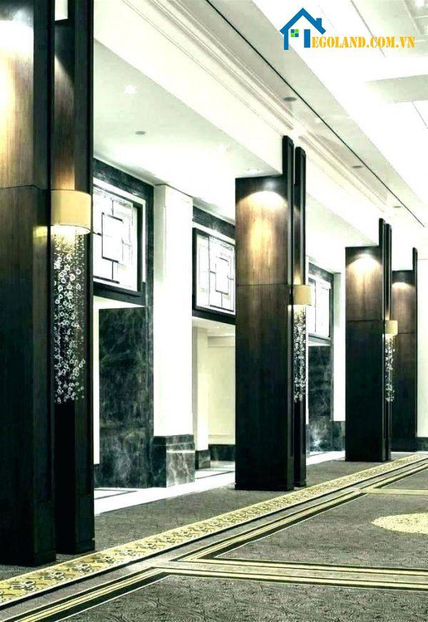 Mẫu cột nhà vuông bằng gỗ sơn màu đen kết hợp với đèn ốp sang trọng, hiện đại