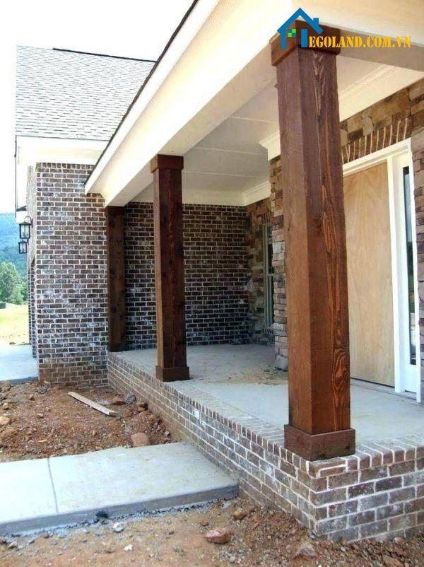 Mẫu cột nhà vuông bằng gỗ tạo điểm nhấn bắt mắt hơn cho không gian