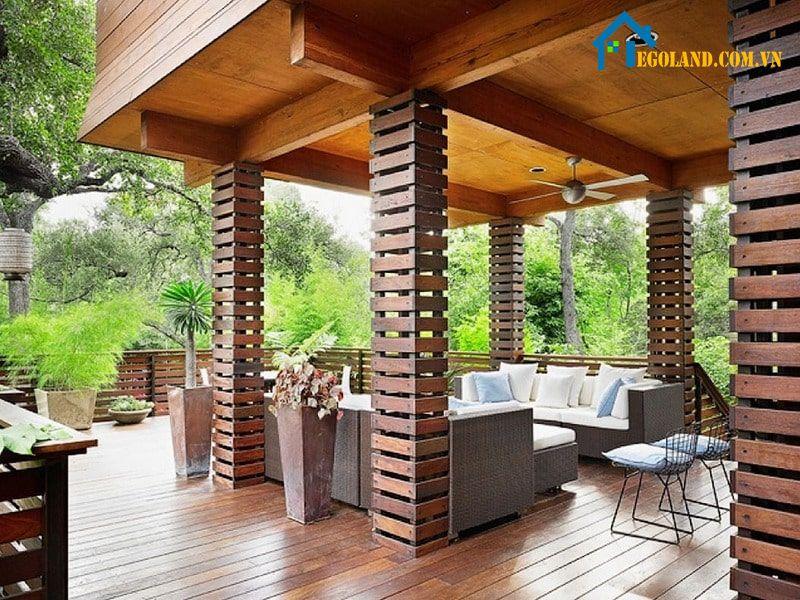 Mẫu cột nhà vuông ngoài nhà bằng gỗ sơn màu nâu đỏ tạo sự sang trọng, cổ điển và tăng sự chắc chắn cho công trình