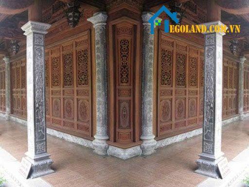 Mẫu cột nhà bên ngoài thiết kế đơn giản với họa tiết giả đá hổ phách kết hợp với đèn treo tường tạo nên hiệu ứng cổ điển