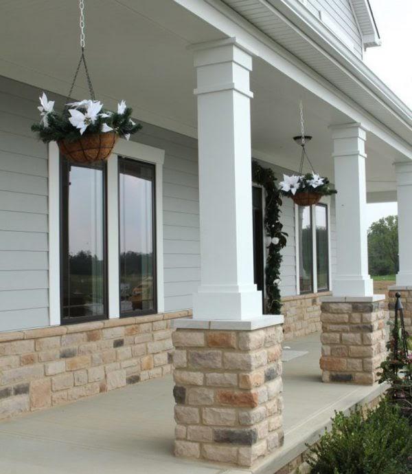 Mẫu cột nhà vuông thiết kế đỏ với tông màu trắng và phần chân ốp gạch tạo sự sang trọng