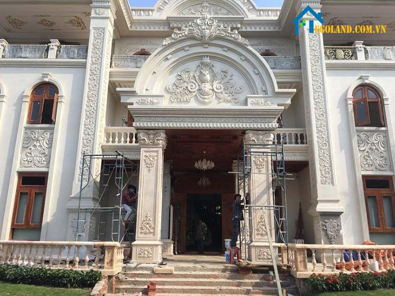 Mẫu cột sảnh vuông bê tông cốt thép trang trí phù điêu, hoa văn tỉ mỉ tạo sự đẳng cấp cho tổng thể căn nhà