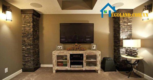 Mẫu cột vuông giả đá sát tường trong nhà tạo điểm nhấn cho không gian căn phòng
