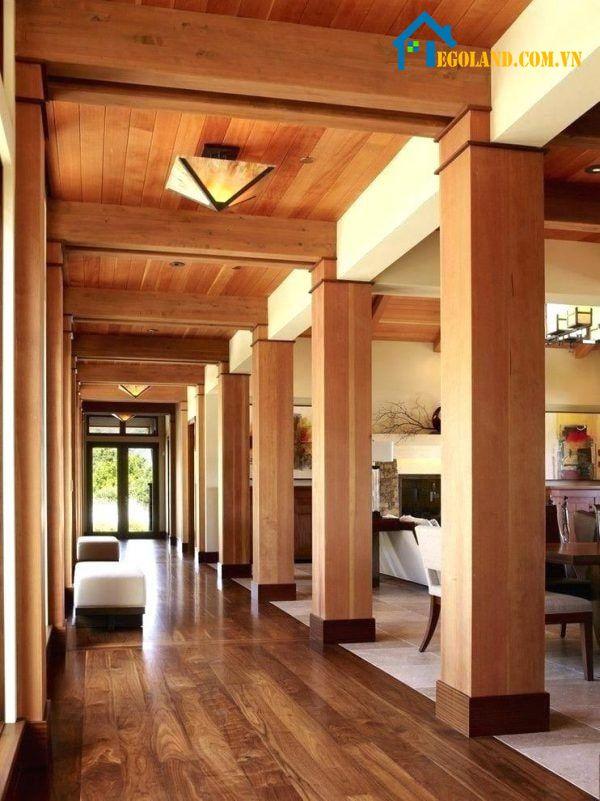Mẫu cột vuông sảnh bê tông chân ốp gỗ tạo sự ấm áp và hài hòa với tổng thể không gian