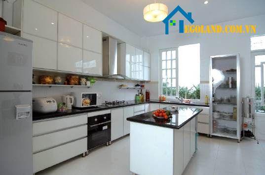 Mẫu nhà bếp hiện đại thích hợp với những công trình có diện tích rộng