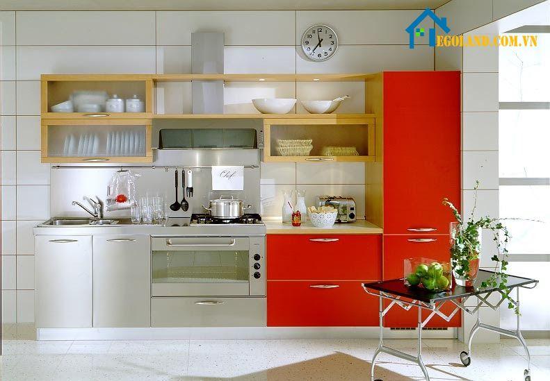Mẫu nhà bếp nhỏ với hệ thống tủ bếp màu đỏ làm điểm nhấn