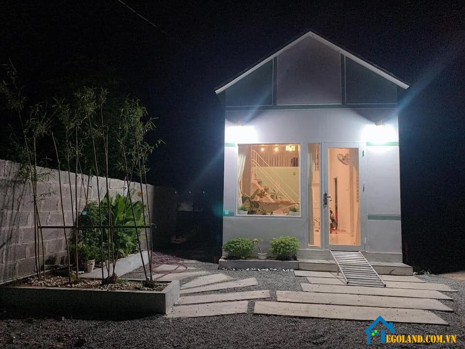 Mẫu nhà cấp 4 có diện tích nhỏ hẹp với tông màu trắng tạo cảm giác rộng rãi, thoáng đãng cho người sử dụng