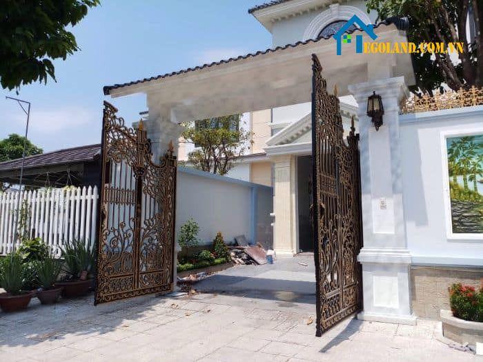 Theo phong thuỷ học thì nếu nhà có cổng đối diện với đường lớn thì sẽ có mức độ nguy hiểm rất cao