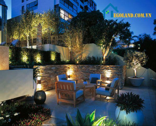 Thiết kế sân vườn với đèn led và bàn ghế gỗ
