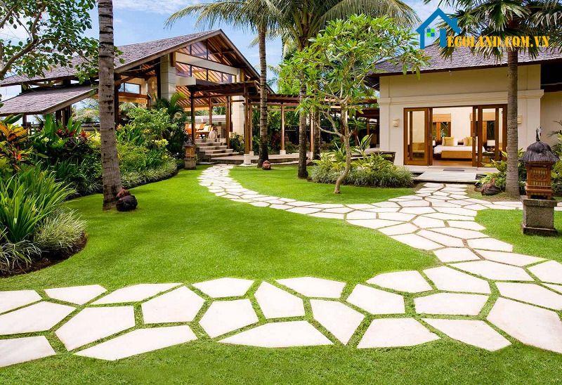 Trang trí sân vườn với lối đi bằng đá hoặc sỏi