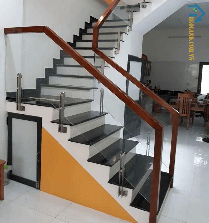 Cấu tạo của cầu thang kính tay vịn gỗ vuông