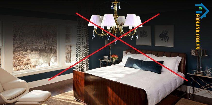 Không kê giường dưới đèn chùm