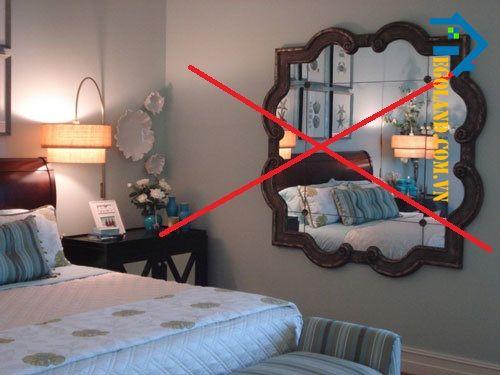 Kiêng kê giường đối diện với gương