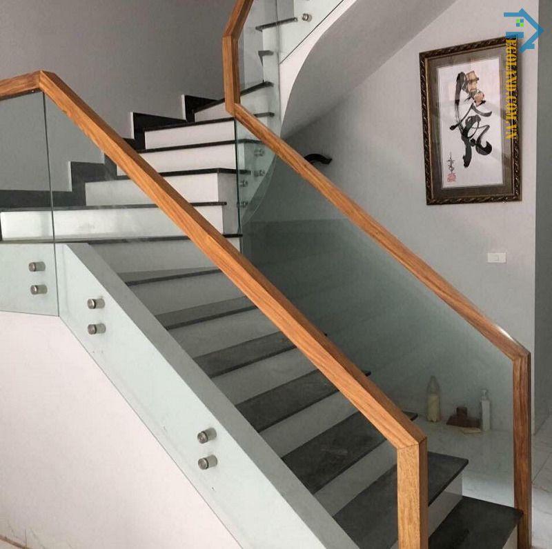 Mẫu 24 cầu thang kính tay vịn gỗ vuông