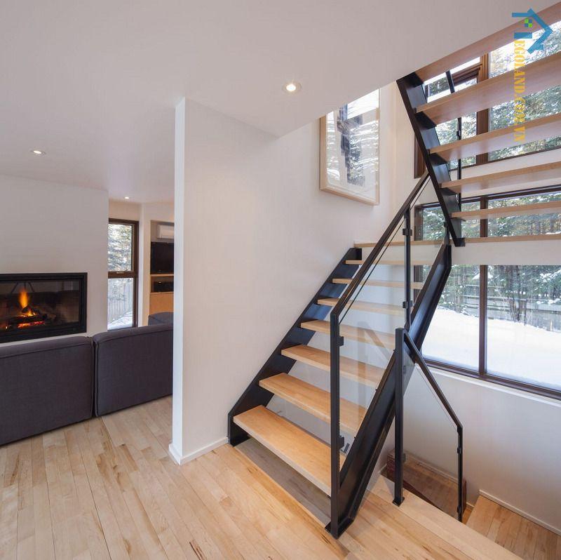 Mẫu 26 - cầu thang kính tay vịn gỗ vuông