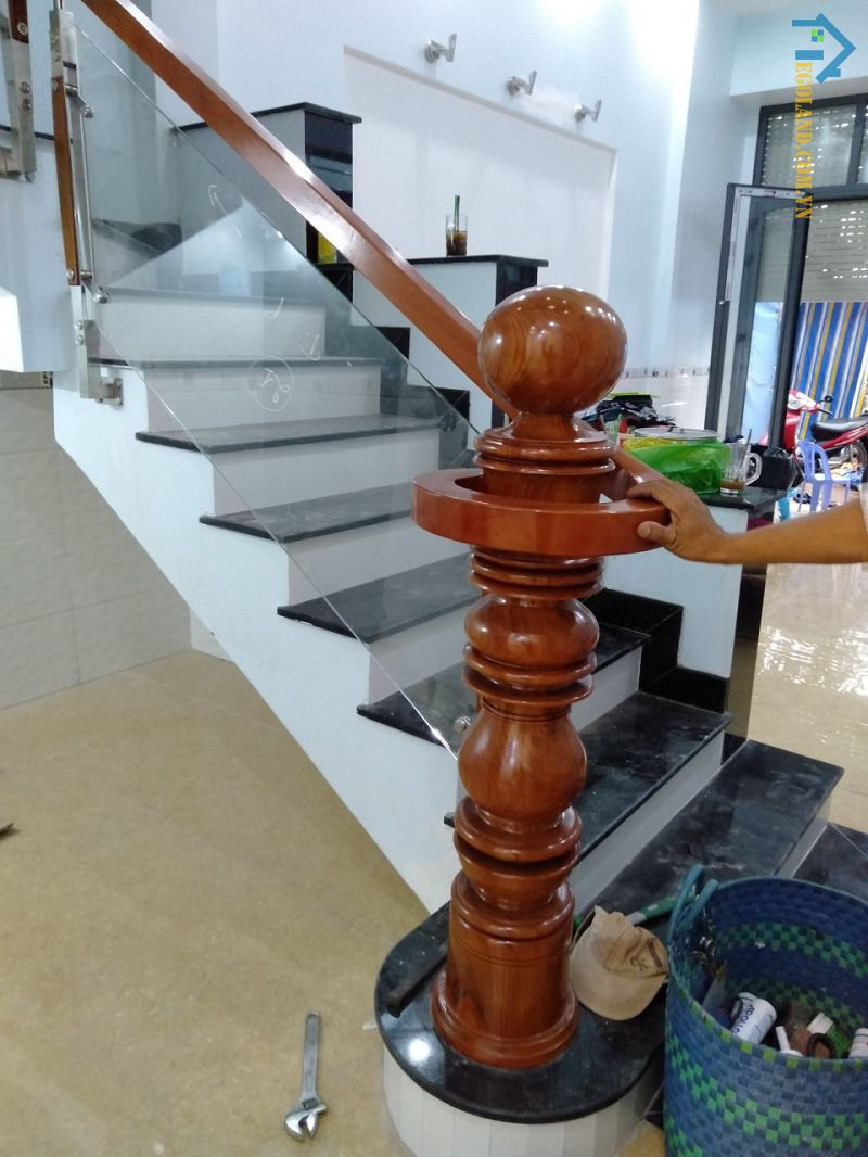 Mẫu 3 - cầu thang kính tay vịn gỗ vuông đẹp