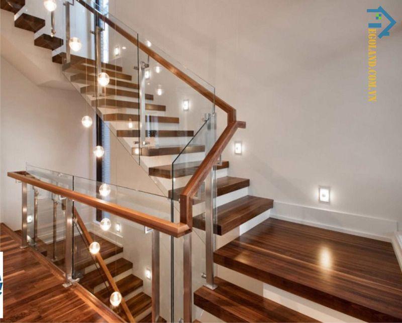 Mẫu 7 cầu thang kính tay vịn gỗ vuông đẹp