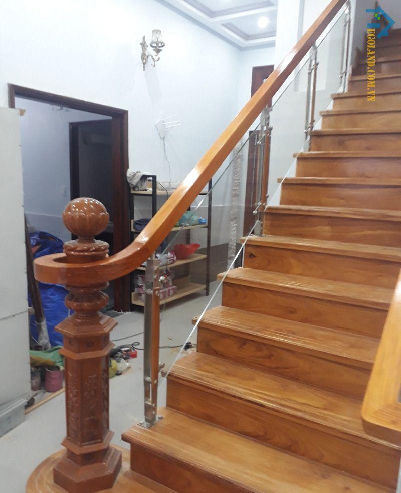Mẫu 8 cầu thang kính tay vịn gỗ vuông đẹp