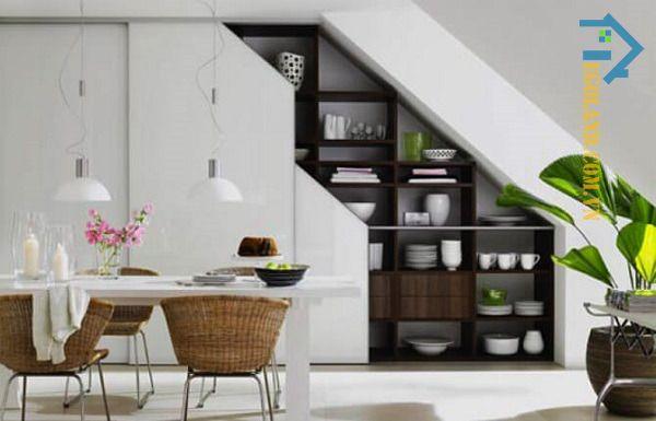 Mẫu tủ âm tường đựng cốc chén, bát đĩa dưới gầm cầu thang tinh tế với gam màu trắng làm chủ đạo