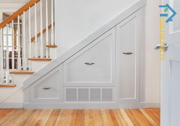 Mẫu tủ âm tường dưới gầm cầu thang thiết kế theo phong cách tân cổ điển sang trọng