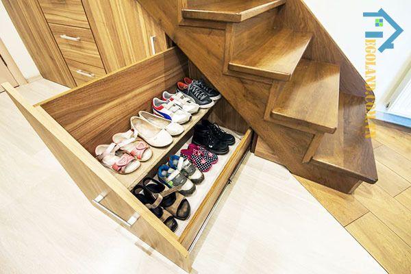Mẫu tủ để giày dép bằng gỗ thiết kế âm tường dưới gầm cầu thang theo phong cách tối giản