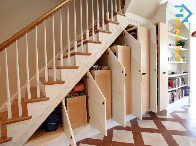 Mẫu tủ đựng vật dụng, lưu trữ đồ đạc thiết kế âm tường dưới gầm cầu thang với tông màu trắng