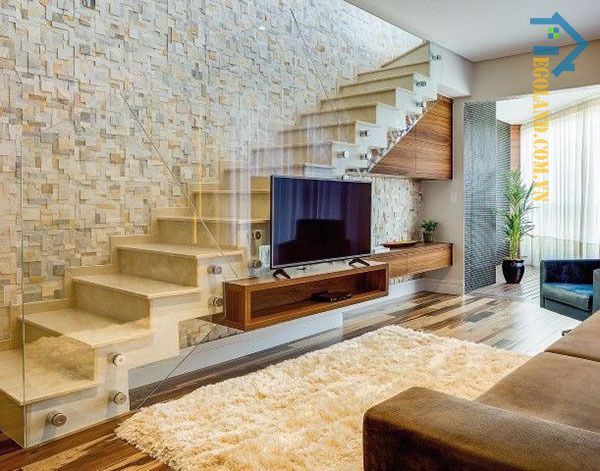 Mẫu tủ kệ tivi gầm cầu thang có thiết kế đơn giản với chất liệu gỗ công nghiệp