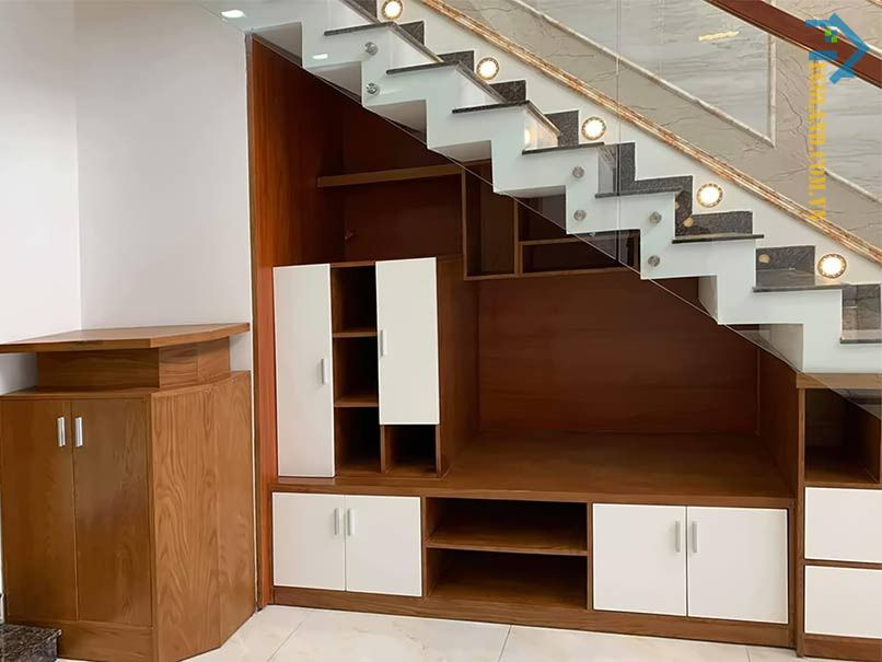 Mẫu tủ kệ tivi gầm cầu thang có thiết kế hiện đại, hài hòa với vật dụng nội thất trong nhà