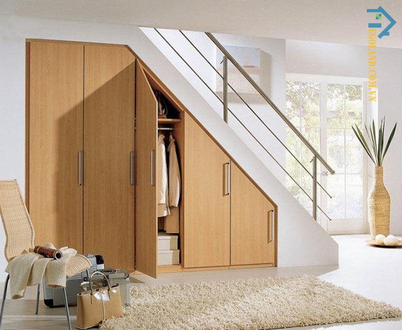 Mẫu tủ quần áo thiết kế âm tường dưới gầm cầu thang theo phong cách đơn giản, tinh tế