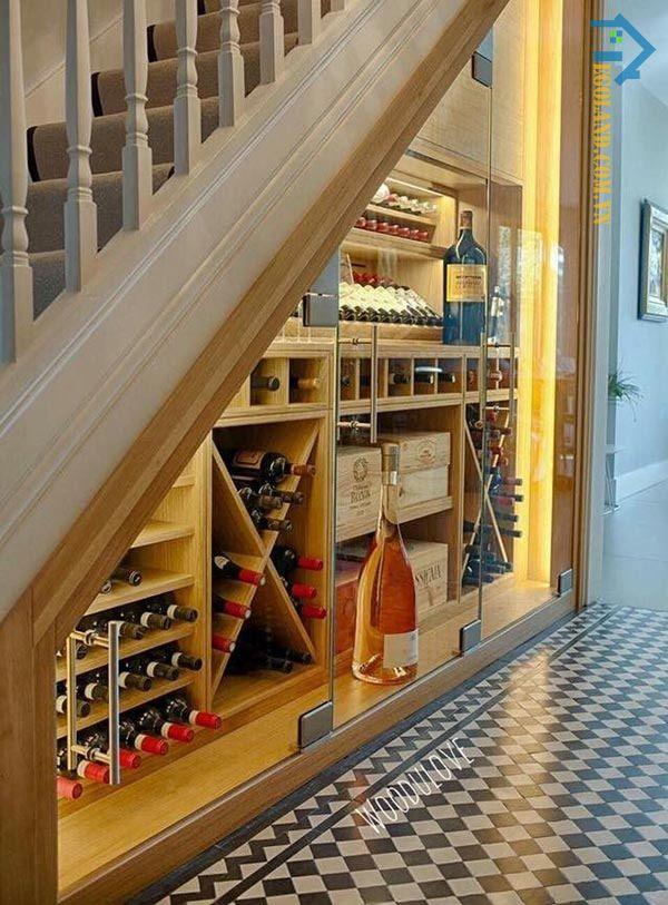 Mẫu tủ rượu dưới gầm cầu thang mang đậm dấu ấn châu Âu