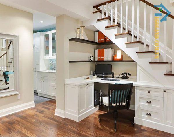 Mẫu tủ sách gầm cầu thang kết hợp bàn làm việc chữ L với tông màu trắng theo phong cách tân cổ điển
